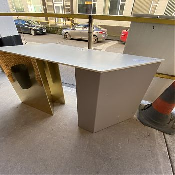 # JW136 - MIRRORED HEX SHAPED RETAIL DISPLAY TABLE